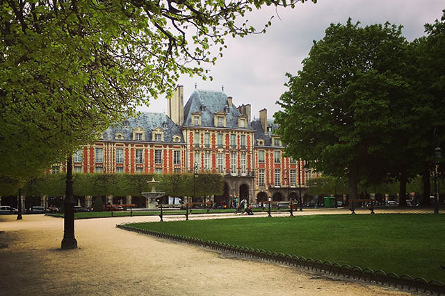 wandering around Place des Vosges