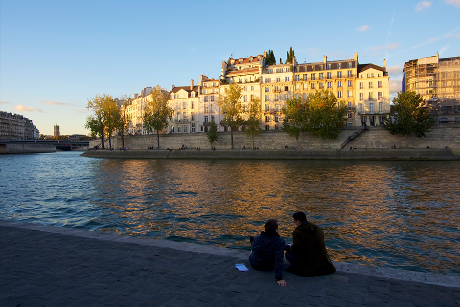 Watch the sunset from the banks of the Seine