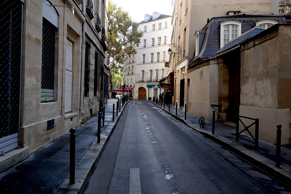 Wander back streets of Paris